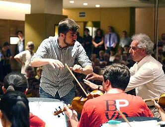 Ben Zander leads a conducting masterclass in Barcelona